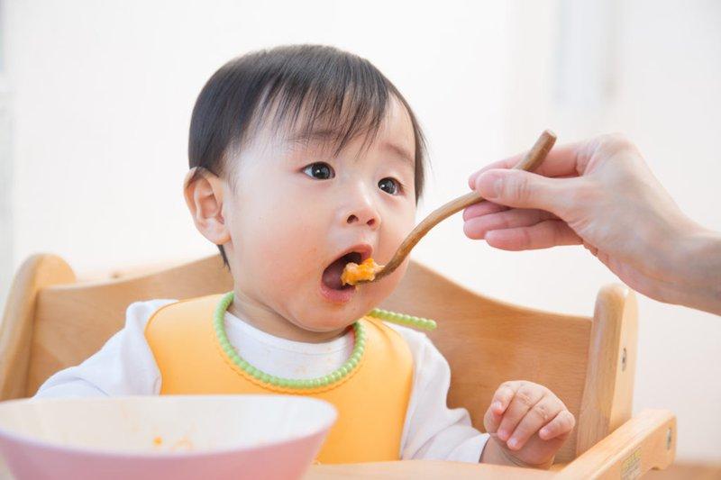 Ông bố Tây làm món ngon cho bé ăn cơm, siêu hấp dẫn!