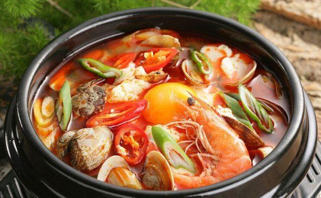 Lẩu hải sản kiểu Thái chua cay